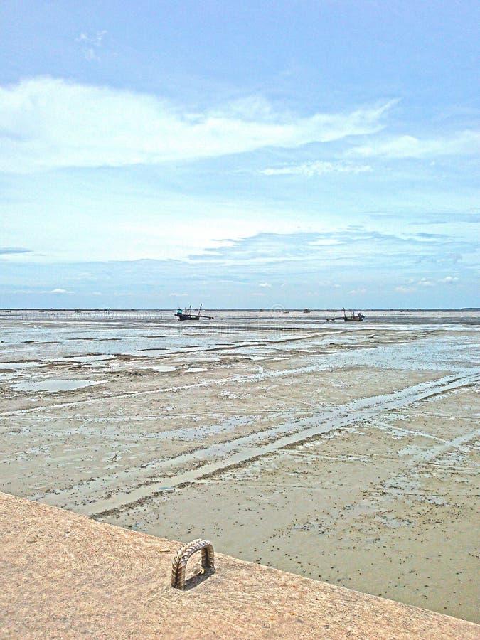 Kust vissersboten at low tide royalty-vrije stock fotografie