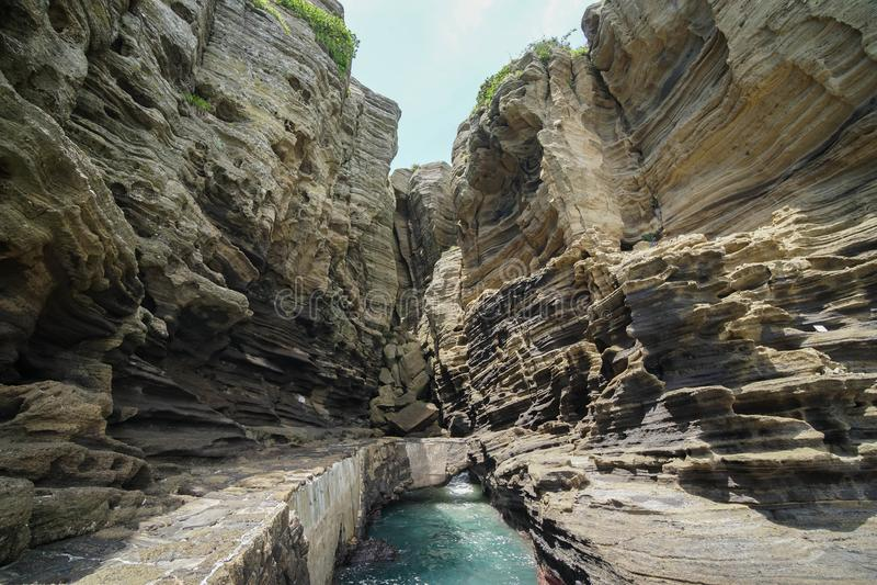Kust- Yongmeori går på den Jeju ön, Sydkorea Grovt geologiskt bildande som göras med erosion arkivfoton