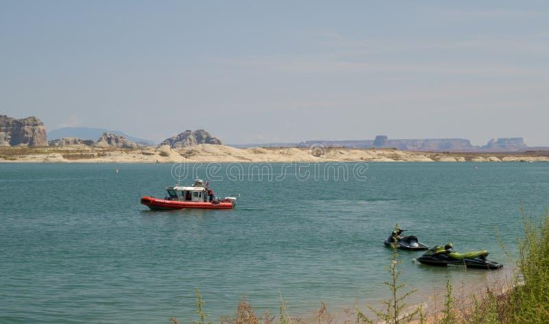 Kustbevakningen som patrullerar en populär semesterdestination i öknen arkivbilder
