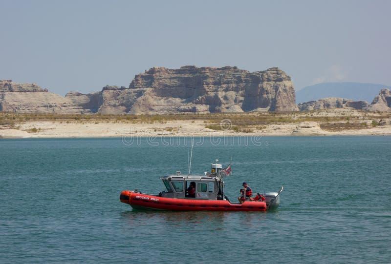 Kustbevakningen som patrullerar en populär semesterdestination i öknen arkivfoto