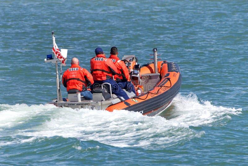 Kustbevakningfartyg i vattnet med besättningen arkivbilder