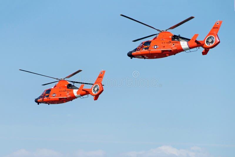 Kustbevakninghelikoptrar som flyger in i avståndet royaltyfri foto