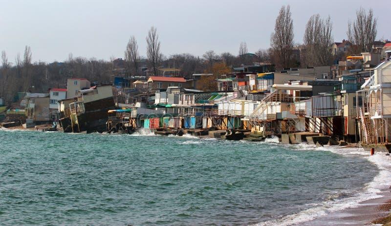 Kustdieerosie - huizen op de zwakke dia van de kleigrond neer aan t worden gebouwd stock foto