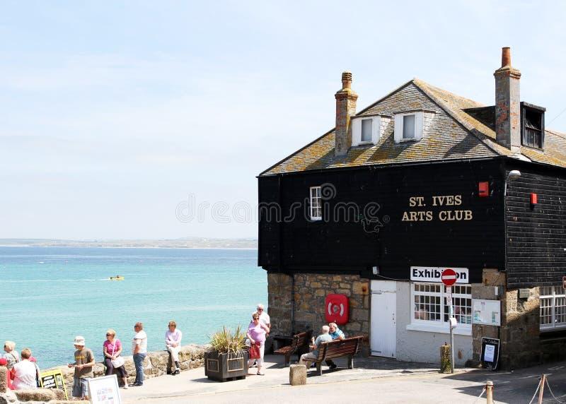 Kustdorp van St Ives Mening van St Ives kunstenclub met toeristen royalty-vrije stock afbeelding