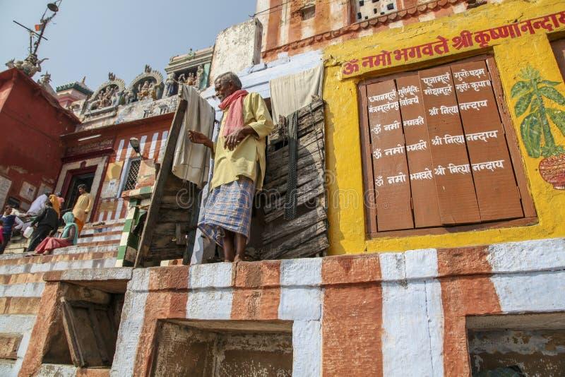 Kusten av floden Ganges Fattigt indiskt folk i staden av Varanasi royaltyfri bild