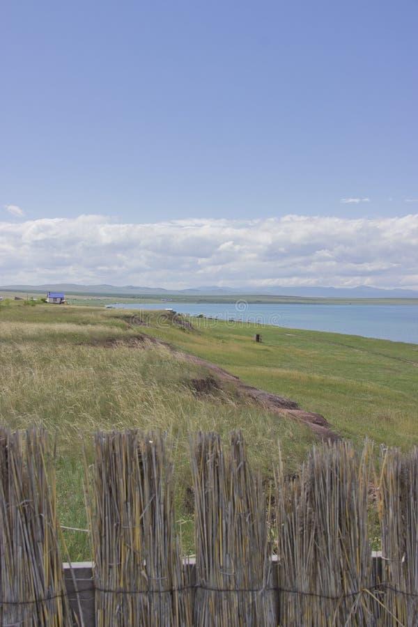 Kusten av sjön och det härliga molniga landskapet Khakassia sjö Bele royaltyfri bild