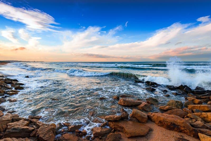 Kusten med klippor, vågor som kraschar på, vaggar royaltyfri bild