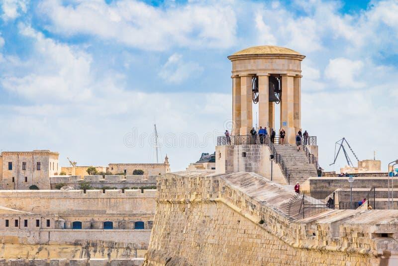 Kusten och hamnen i Valletta, Siege Bell Memorial royaltyfri foto