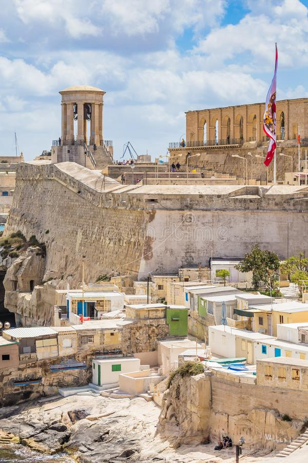 Kusten och hamnen i Valletta, Siege Bell Memorial arkivbild