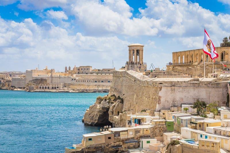Kusten och hamnen i Valletta, Siege Bell Memorial royaltyfria bilder