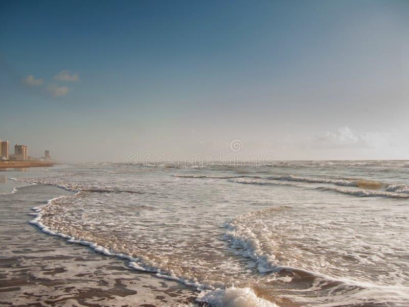 Kustgolven op kustlijn stock afbeelding