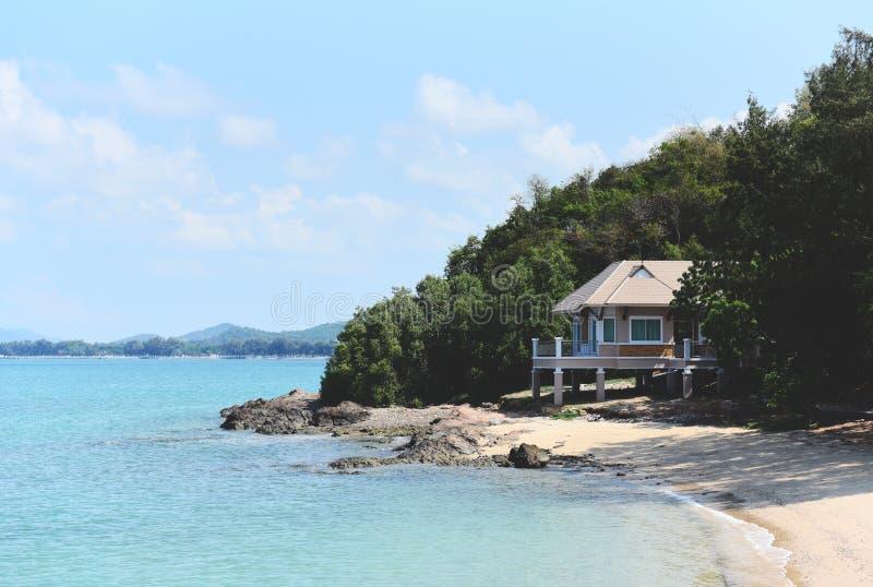 Kusthuis - de zomer van het Achtergrond zeegezichtstrand overzees en zandige mooi van blauwe oceaan stock afbeelding