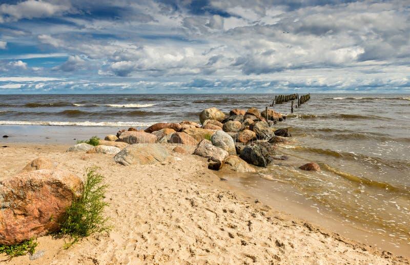 Kustlandschap met oude gebroken pijler, Oostzee, Europa royalty-vrije stock fotografie
