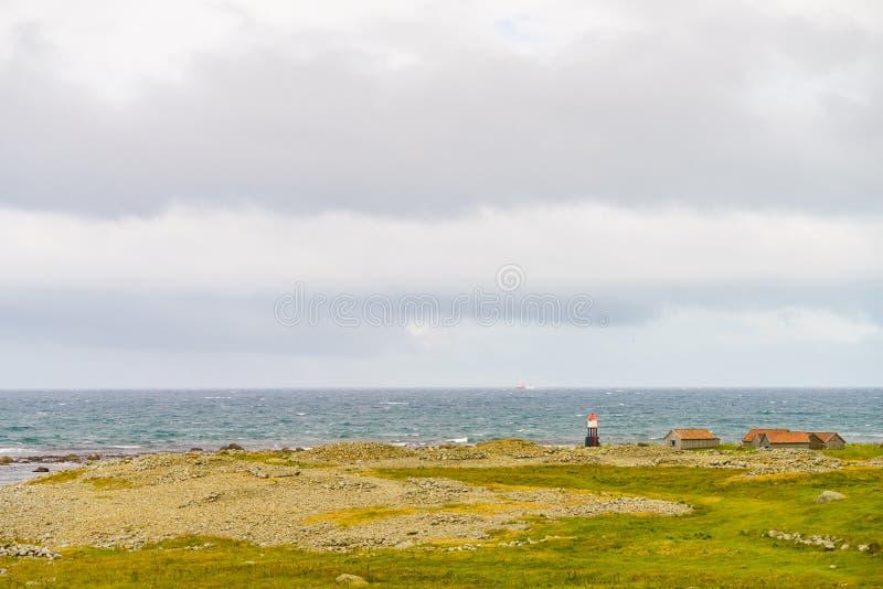 Kustlandskap med fyren, Norge royaltyfri bild