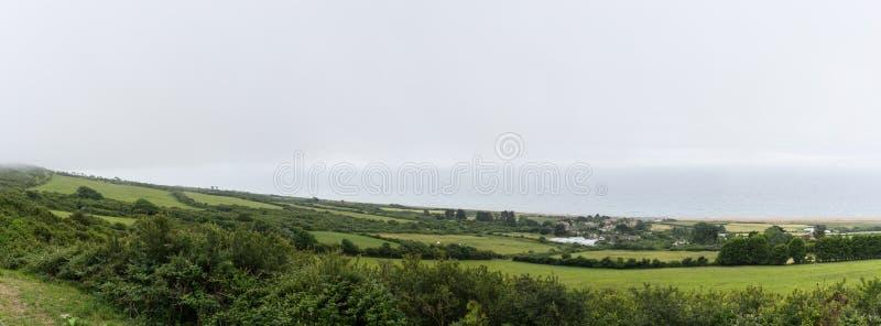 Kustlijn de Zuid- van Dorset dichtbij Weymouth, Engeland Met weiden, wolken en overzees stock afbeelding