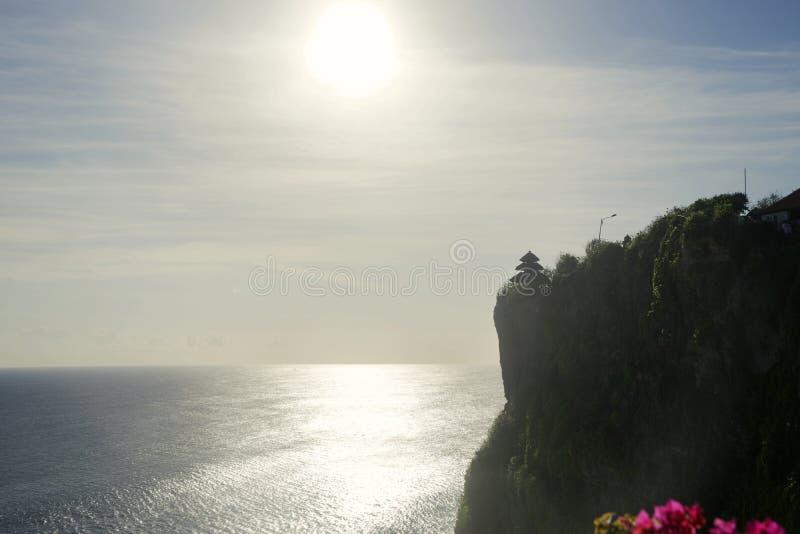 Kustlijn dichtbij de Uluwatu-Tempel in ochtendtijd royalty-vrije stock fotografie