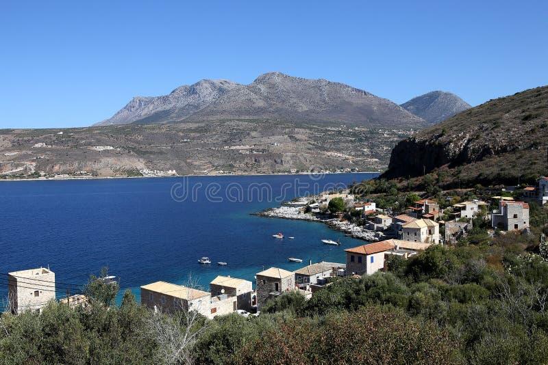 Kustlijn dichtbij Limeni-dorp, de Peloponnesus, Griekenland royalty-vrije stock afbeelding