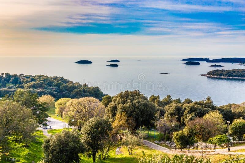 Kustlijn en Kleine eiland-Vrsar, Istria, Kroatië royalty-vrije stock foto