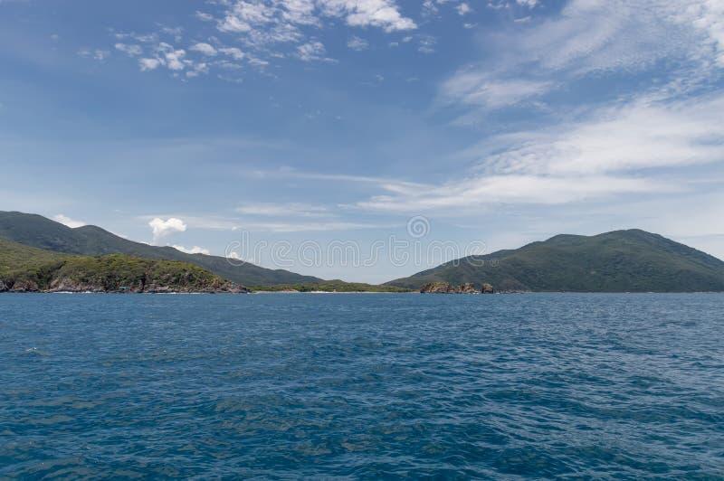Kustlijn van het eiland in het overzees royalty-vrije stock afbeeldingen