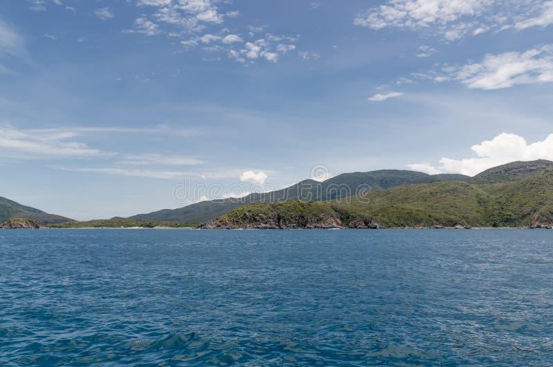 Kustlijn van het eiland in het overzees stock afbeelding
