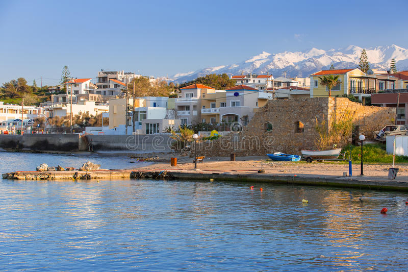 Kustlijn van Kato Galatas-stad op Kreta stock fotografie