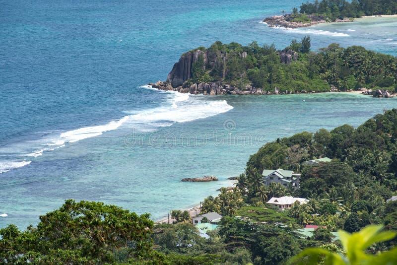 Kustlijn van Mahé, Seychellen met huizen en granietrotsen stock fotografie