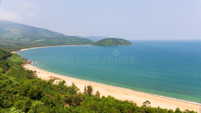 Kustlijn in Vietnam met zandig strand op een zonnige dag stock afbeeldingen