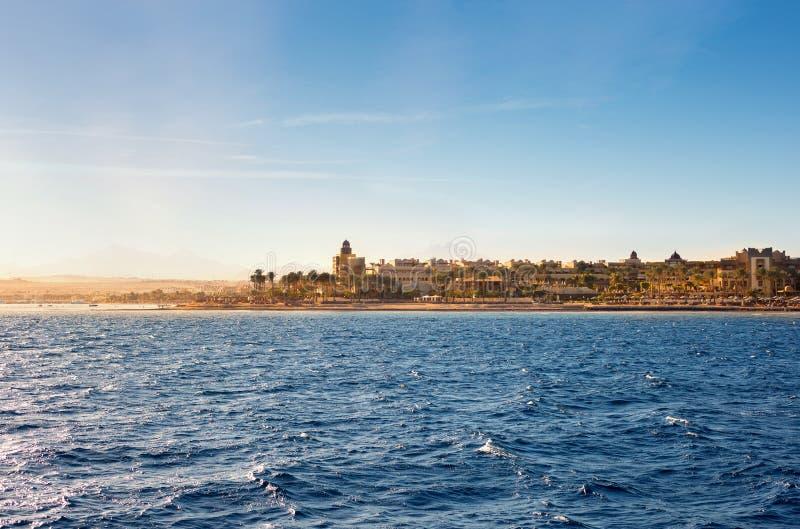 Kustlinje av Hurghada på solnedgången, Egypten royaltyfri bild