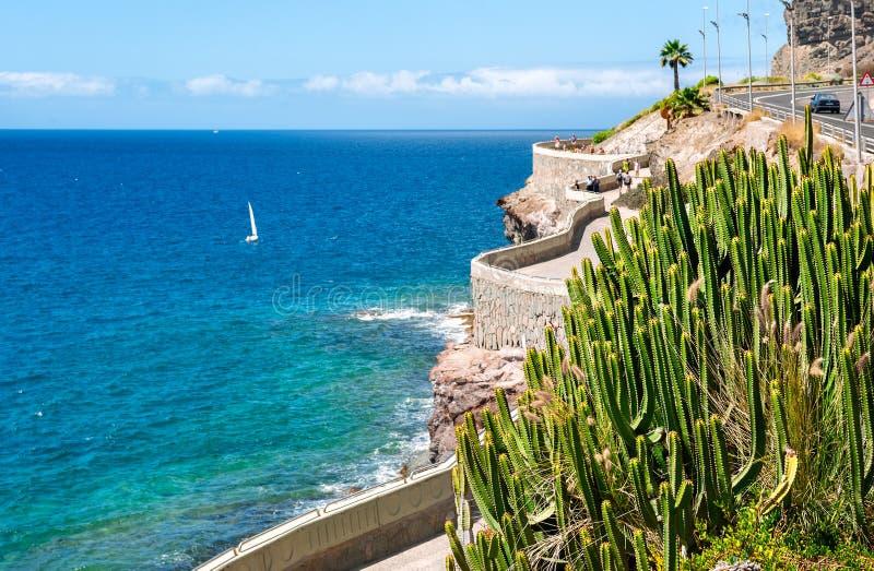 Kustlinje från Puerto Rico till den Amadores stranden Gran Canaria, Cana arkivfoto
