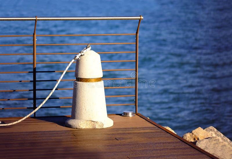 Kustlinje, hav, pir och pollare royaltyfria bilder
