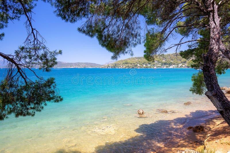 Kustlinje i den Poros ön, Grekland Besk?da fr?n stranden royaltyfri foto