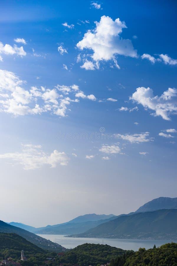 Kustlinje i Montenegro som ses från kyrka på berget arkivfoton