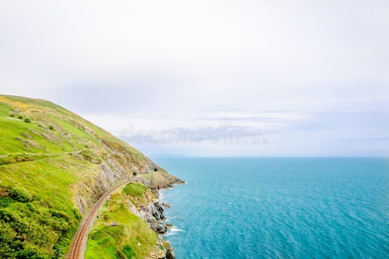 Kustlinje- och järnvägspår vid Bray i Irland royaltyfri bild