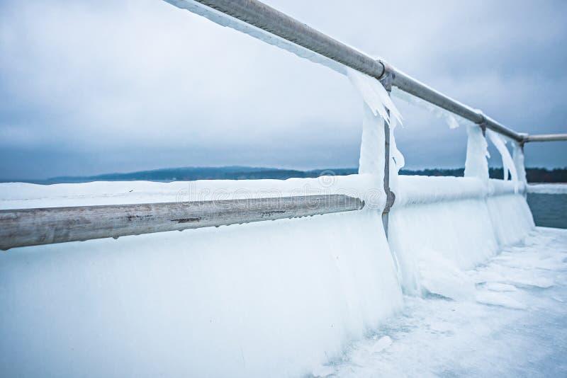 Kustlinje och pir för djupfryst sjö michihgan arkivbild