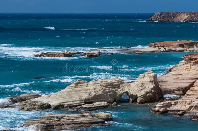 Kustlinjen av den härliga stranden på medelhavet cyprus arkivbild