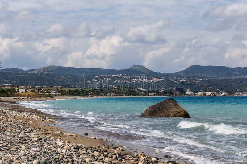 Kustlinjen av den härliga stranden på medelhavet cyprus arkivbilder