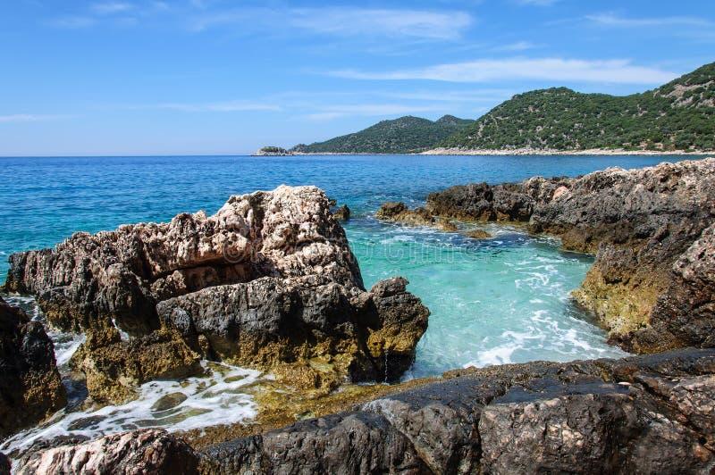 Kustlinjen av den härliga stranden på medelhavet cyprus royaltyfria bilder