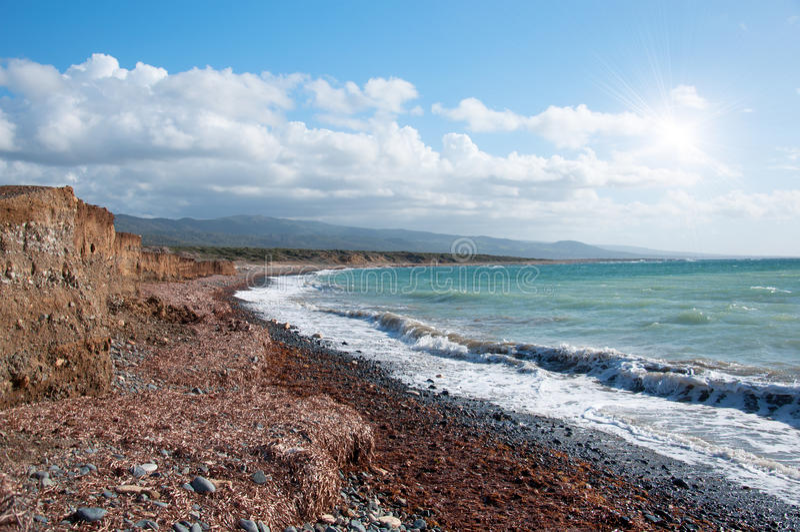 Kustlinjen av den härliga stranden på medelhavs- royaltyfri bild