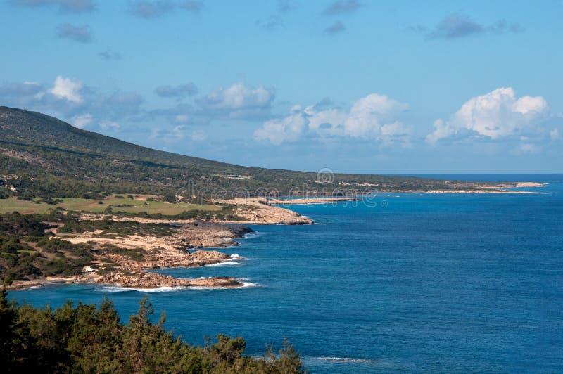 Kustlinjen av den härliga stranden på medelhavs- arkivfoto