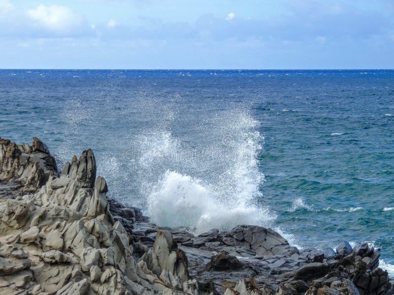 Kustlinjen och kraftfulllava vaggar kallade Dragon's tänder, och att krascha vinkar på Makaluapuna punkt nära Kapalua, Maui, HI royaltyfri fotografi