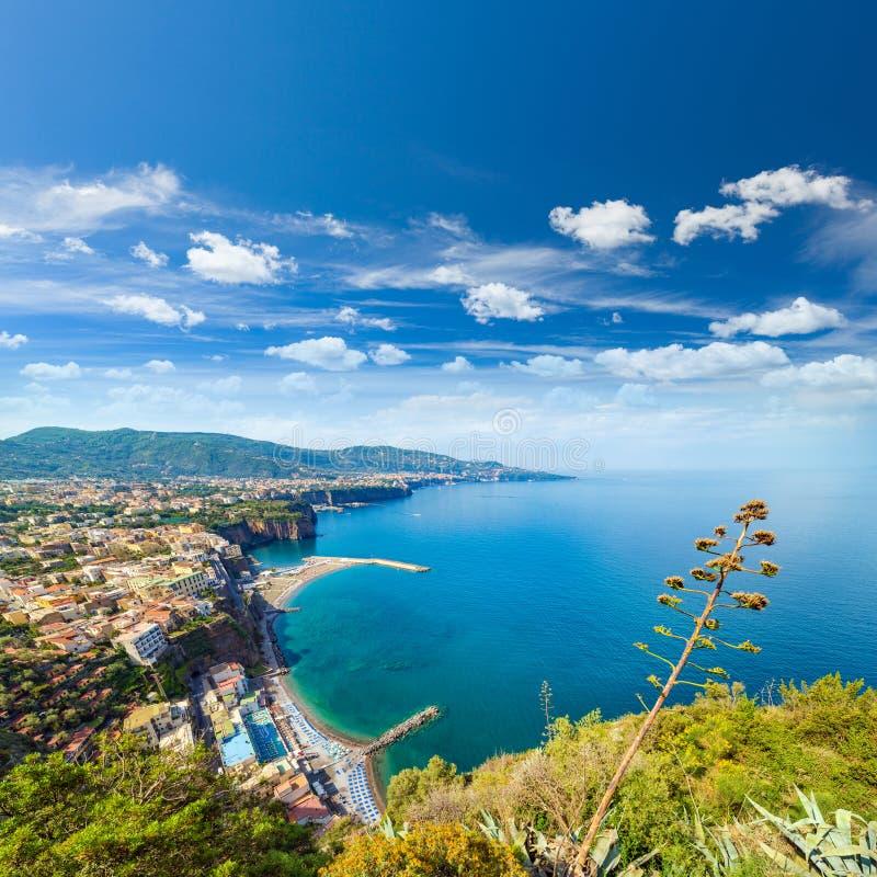 KustlinjeSorrento stad och golf av Naples - populär turistdes royaltyfria bilder