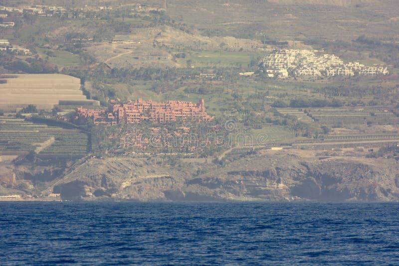 Kustluxetoevlucht en kustlijn die van rondvaart wordt bekeken stock afbeelding