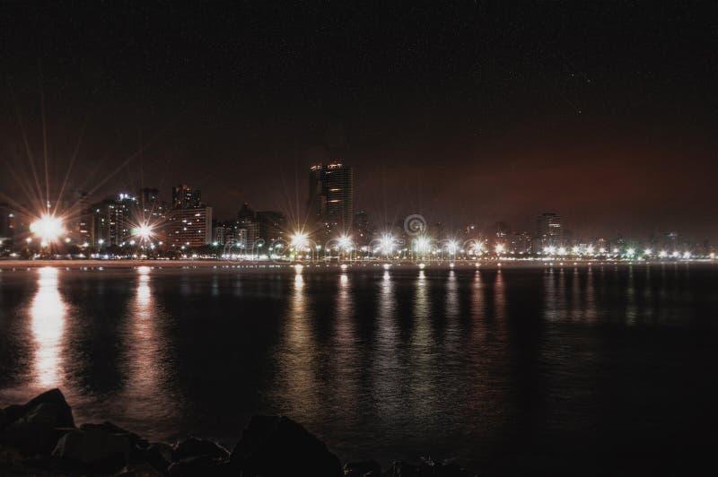 Kuststad bij nacht royalty-vrije stock fotografie