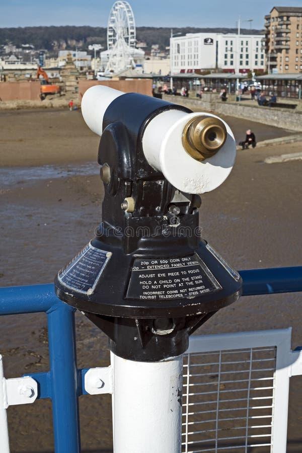 Kusttelescoop Met munten stock afbeelding