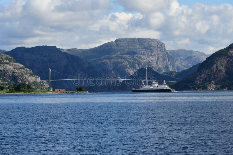 Kustveerboot dichtbij Stavanger Noorwegen stock fotografie