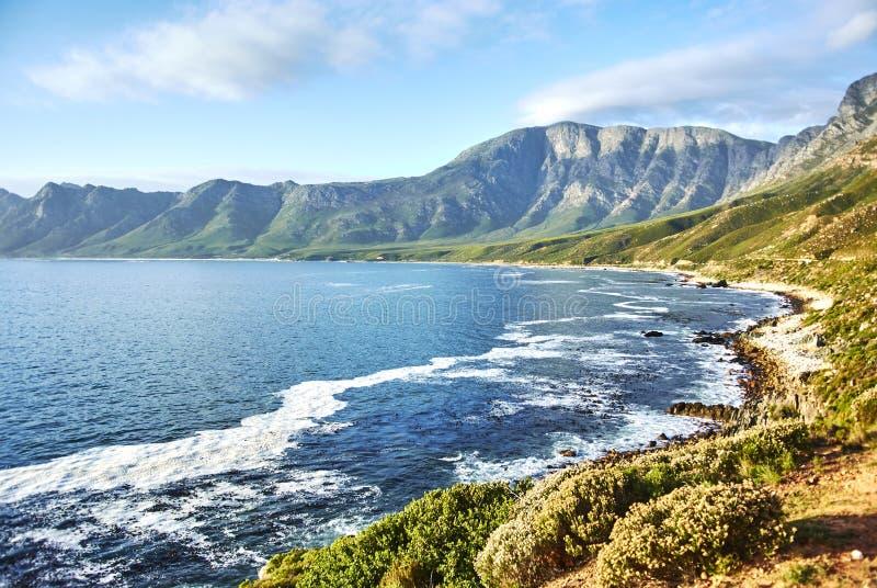 Kustweg bij de Berg Complexe, Westelijke Kaap van zonsondergangboland stock foto's
