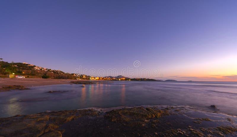 Kustwoonwijk bij de zonsondergang, Griekenland royalty-vrije stock foto