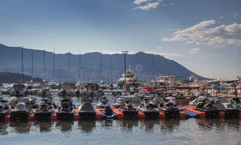 Kuszetka z trwanie jachtami i dżetowymi nartami na tle góry zdjęcia royalty free