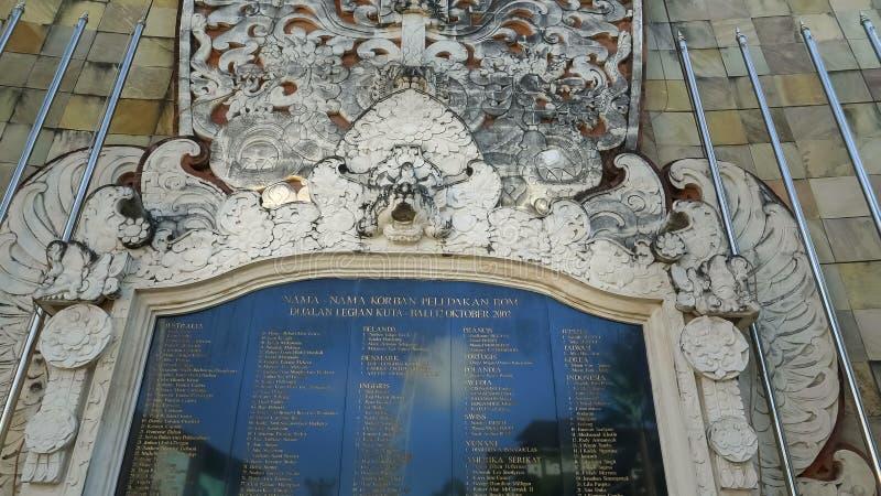 KUTA, ИНДОНЕЗИЯ - 17-ОЕ ИЮНЯ 2017: близко вверх металлической пластинкы на мемориале взрыва Бали в пляже kuta стоковая фотография rf
