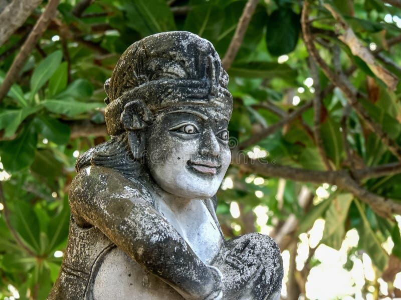 KUTA, INDONESIA - JUNIO, 15, 2017: cercano para arriba de una estatua de piedra en la playa del kuta foto de archivo libre de regalías